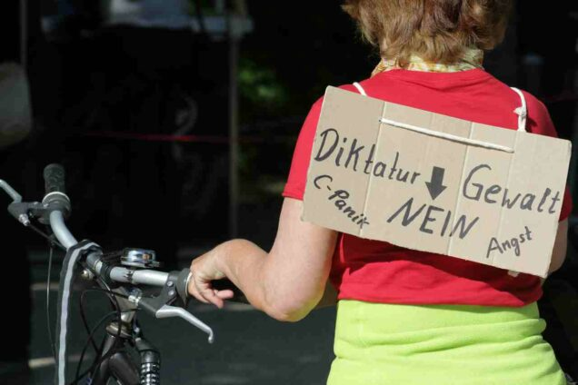 """Frau mir Schil """"Diktatur, Gewalt, Nein"""""""